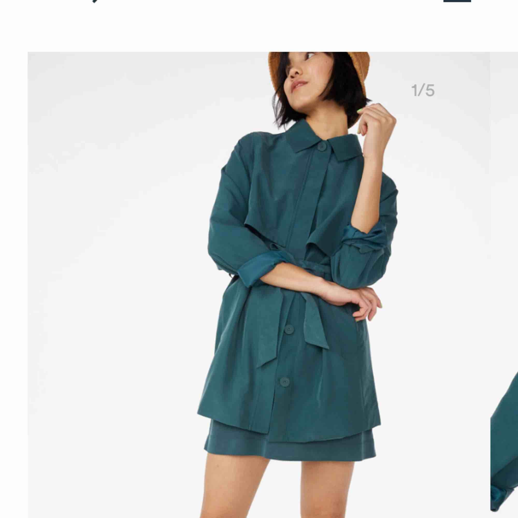"""Säljer denna kortare version av trenchcoat från Monki! Knappt använd, nypris 450kr. Färgen är """"washed black"""" (som bild 1), bild 2 och 3 är bara för att visa passform :) storlek S!. Jackor."""