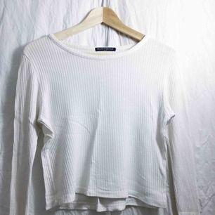 Vit ribbad långärmad tröja från Brandy Melville
