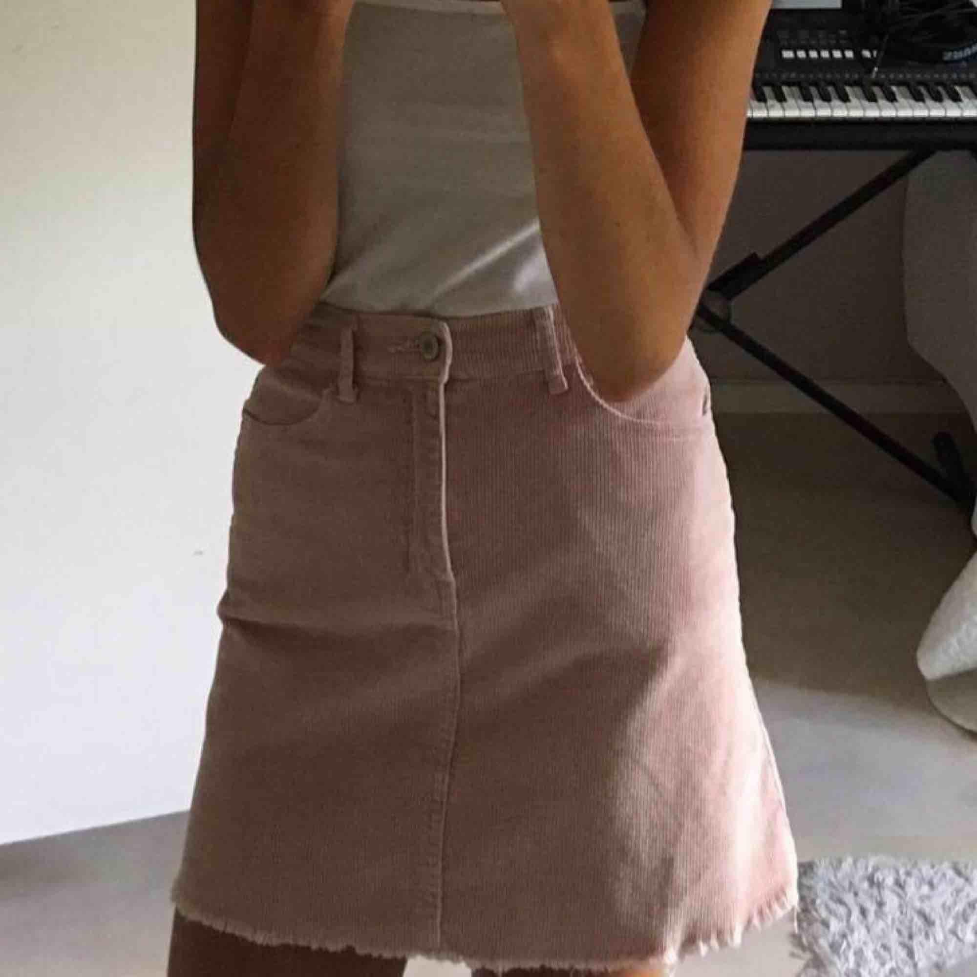 Ljusrosa kjol i manchester. Kjolar.