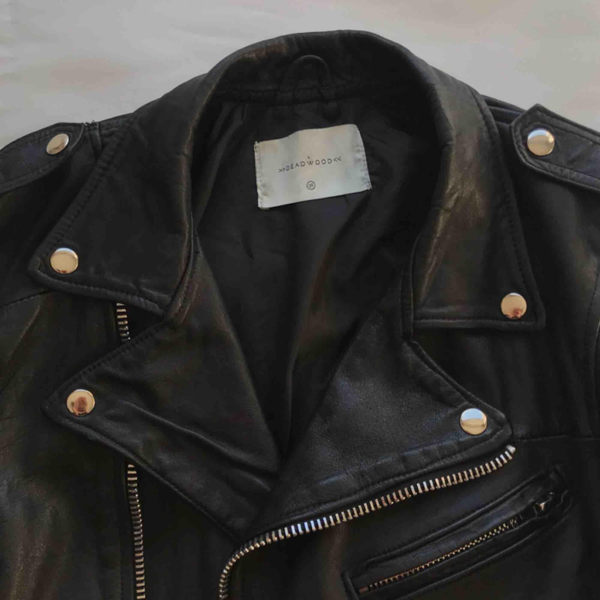 Skinnjackan du har letat efter i nu fyra veckor 😤 Mjuk och lyxig äkta recycled leather Deadwood skinnjacka. Använd en gång men tyvärr för liten :( Nypris 2500kr säljs för 800kr ✨. Jackor.