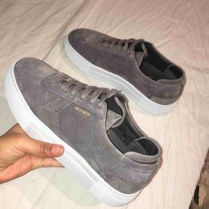 Axel arigato skor i grått!! Dom är i super skick! Nästintill nya! Använd vid 1/2 tillfällen, säljs då dessa ej kommer till användning👟