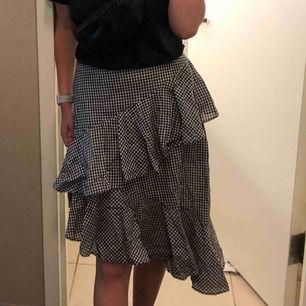 en fin kjol köpt på na-kd, använts ett fåtal ggr! köparen står för frakten, men kan även mötas upp i lund lr malmö🖤
