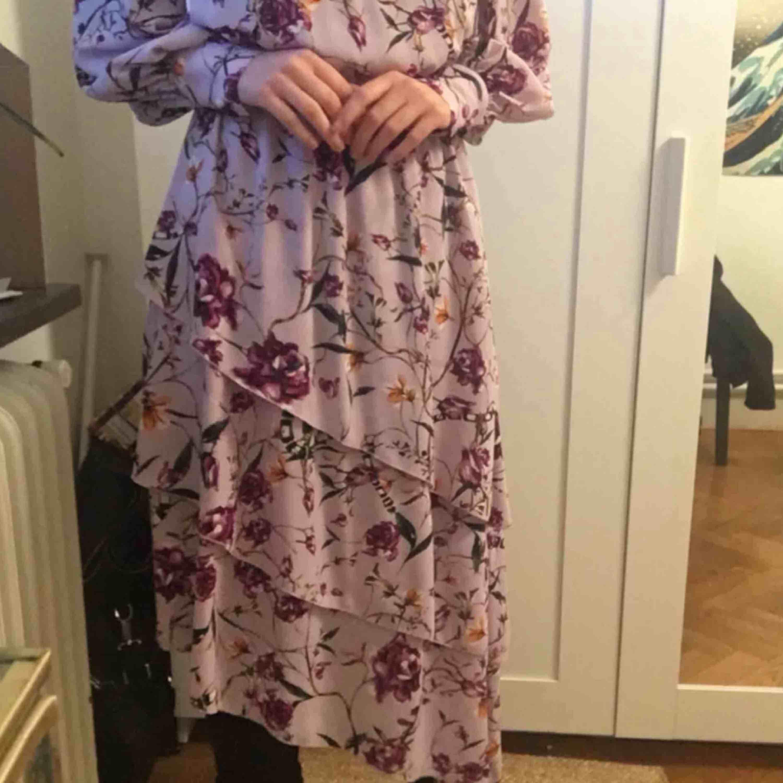 Asymmetrisk klänning som bara är använd 1 gång. Mönster av blommor och ormar. Frakt : 42kr ✨ samfraktar gärna med andra produkter jag säljer . Klänningar.