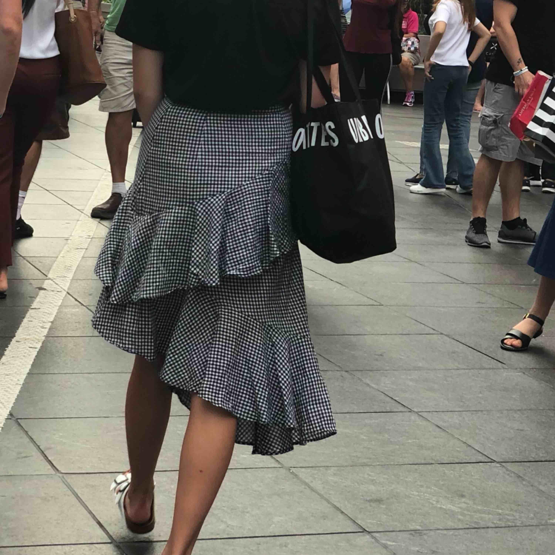 en fin kjol köpt på na-kd, använts ett fåtal ggr! köparen står för frakten, men kan även mötas upp i lund lr malmö🖤 . Kjolar.