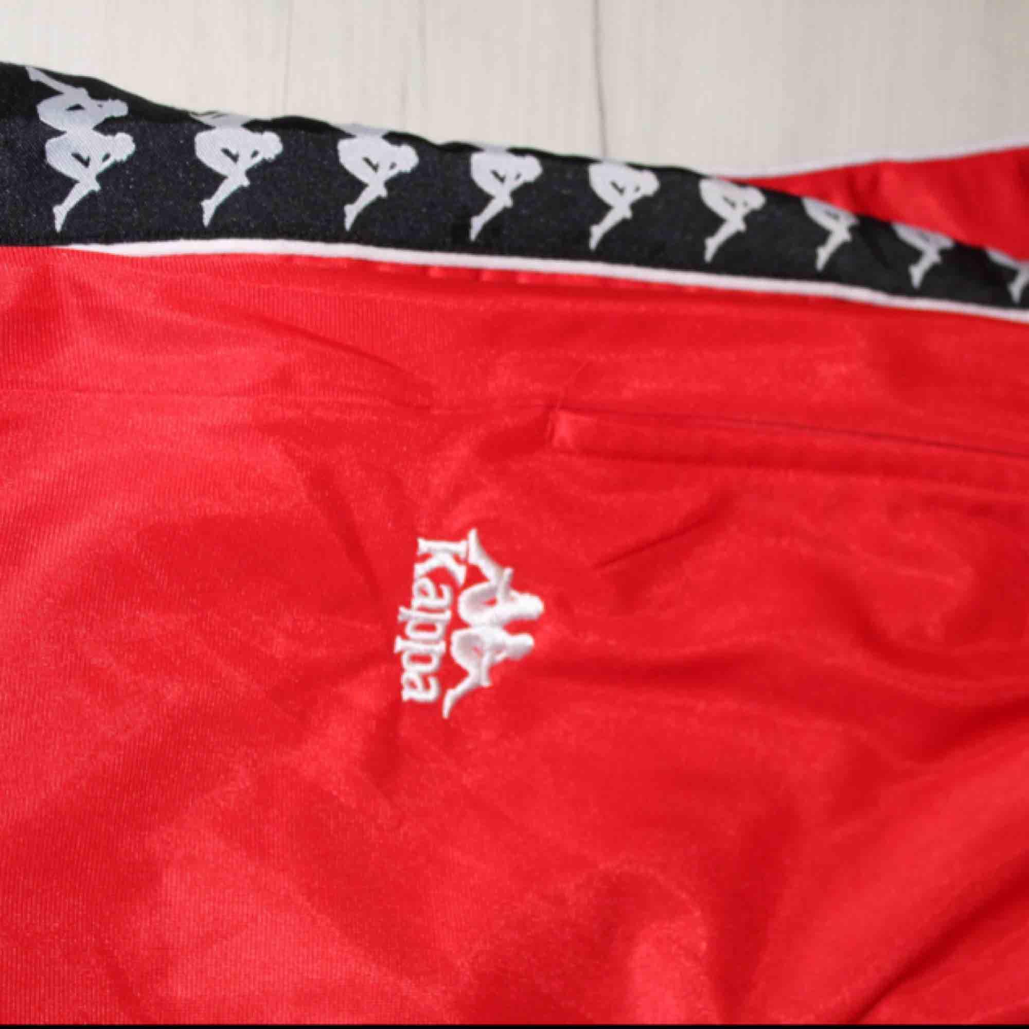 Snygga kappa popperpants. Med knappar längs vänster ben. Med en lite retro sportig look. Kan skicka om köparen står för frakt🌸. Jeans & Byxor.