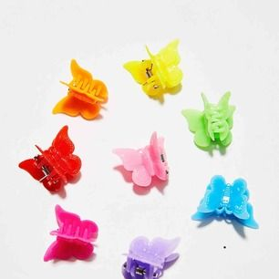 Jag gör en intressekoll på dessa super söta fjärilshårspännen! Man får en påse med 50st i alla olika färger. :) finns även i blommodell och hjärtmodell