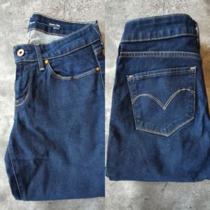 Levis jeans. Modell bold curve, modern rise skinny. Storlek 28.  Köparen står för eventuell frakt, spårbart 63kr.