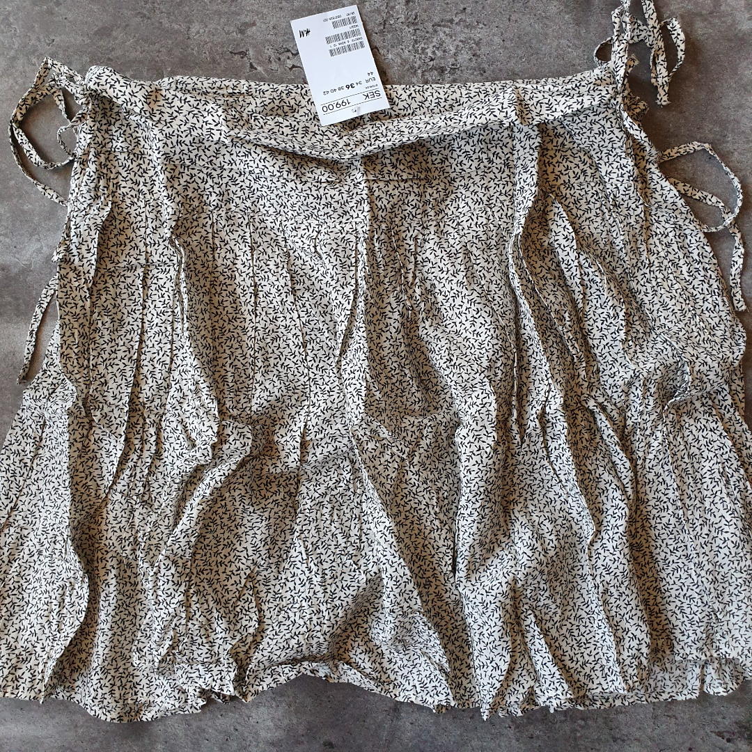 Mönstrad kjol från H&M, perfekt till sommaren. Storlek 36. Lapparna kvar, nypris 199kr. Eventuell frakt betalas av köparen, 36kr.. Kjolar.