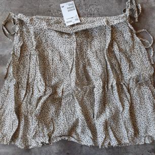 Mönstrad kjol från H&M, perfekt till sommaren. Storlek 36. Lapparna kvar, nypris 199kr. Eventuell frakt betalas av köparen, 20kr.