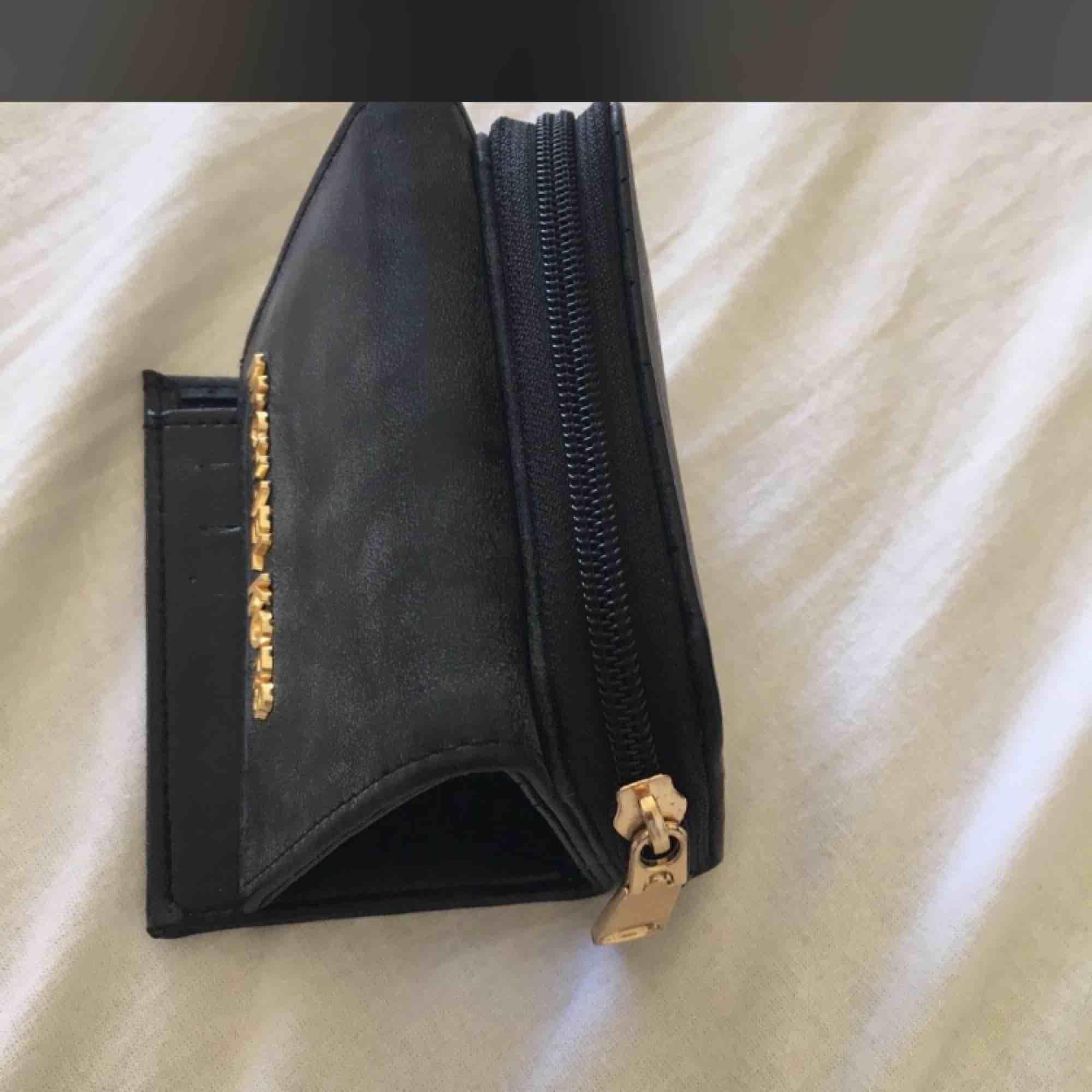 Oäkta Michael kors plånbok knappt använd . Accessoarer.