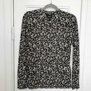 Fin tröja i nyskick från Objekt med leopardmönster.  Storlek L men passar även M.  Materialet är i ett jättefint tunt tyg.