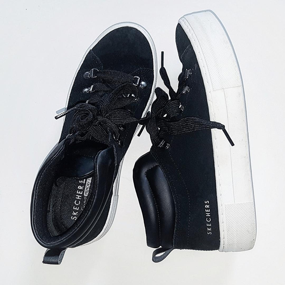 Snygga och stilrena skor från märket Skechers. I utmärkt skick då de endast är använda vid ett tillfälle. En kombination av mocka och läderimitation med en vit tjock platå. Frakt tillkommer och totalpriset blir 168 kr inkl frakt. Nypris: 699 kr. . Skor.