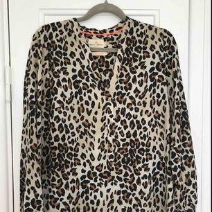Använd blus i fint leopardmönster!  Inköpt på Lindex.
