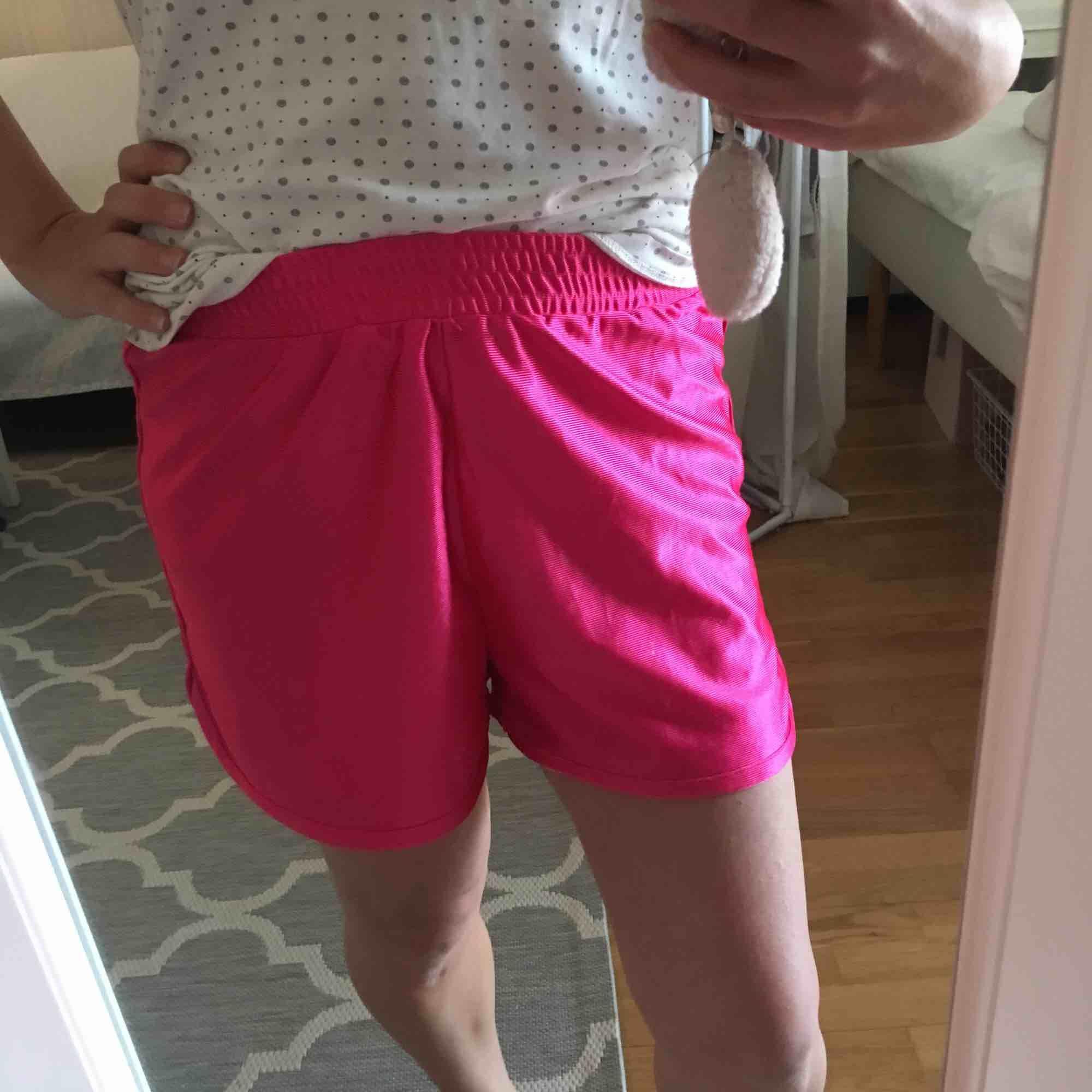 Rosa skimrande shorts. Supercool färg!. Shorts.