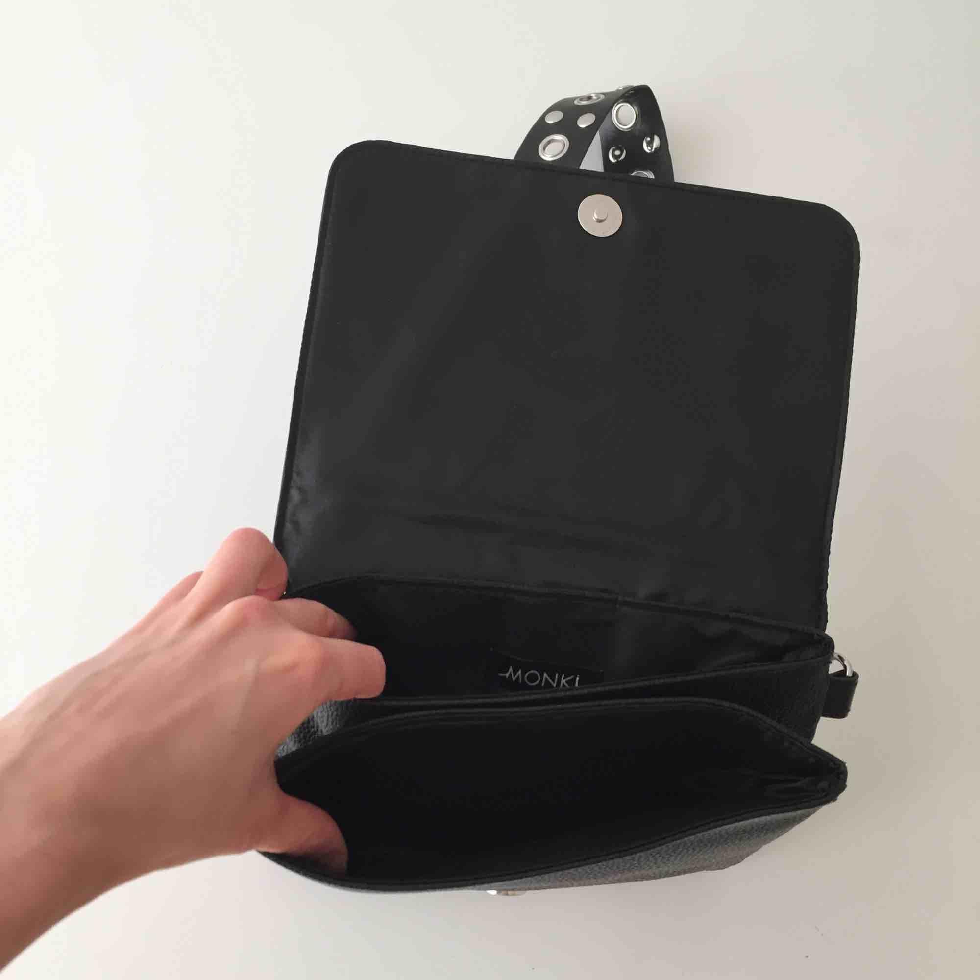 Superfin väska från Monki. Knappt använd så i mycket bra skick! ✨. Jeans & Byxor.