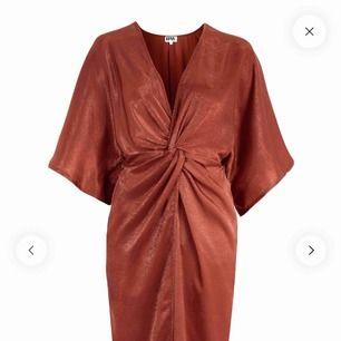 Helt NY kimono-klänning från bubbelroom i fin roströd nyans. Det finns ett resår i midjan vilket gör att klänningen anpassar sig fint efter din kroppsform.  Perfekt till festliga tillfällen och skön att ha på sig i sommar!