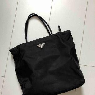 Prada bag, black nylon tote. Skriv för mer bilder eller om du har frågor💚