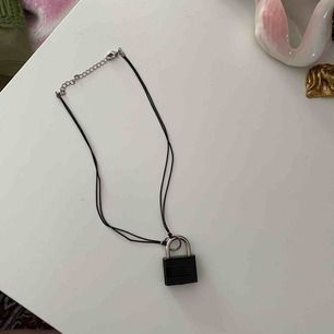 Kort halsband med lås
