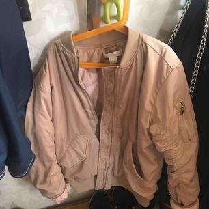 Skitsnygg beige bomberjacka med rosa tyg inuti! Lite silkesaktigt material, storlek 32 men den är väldigt oversized så passar mer som en S eller mindre M. Använd ett fåtal gånger! 80kr + 20kr frakt eller möts upp i Falun! Tar betalt via swish 📲
