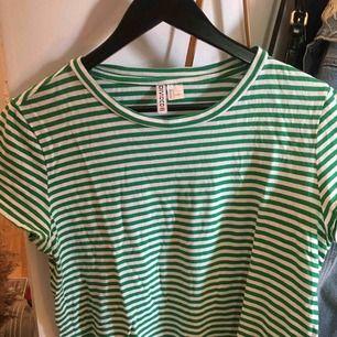 Grön-vit-randig tshirt. Frakt tillkommer💘