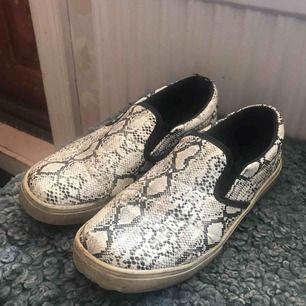 Skitcoola slip on skor med snake-print från Lager157. Jättebekväma även, storlek 38. 100kr + 20kr frakt elr möts upp i Falun! Tar betalt via swish📲