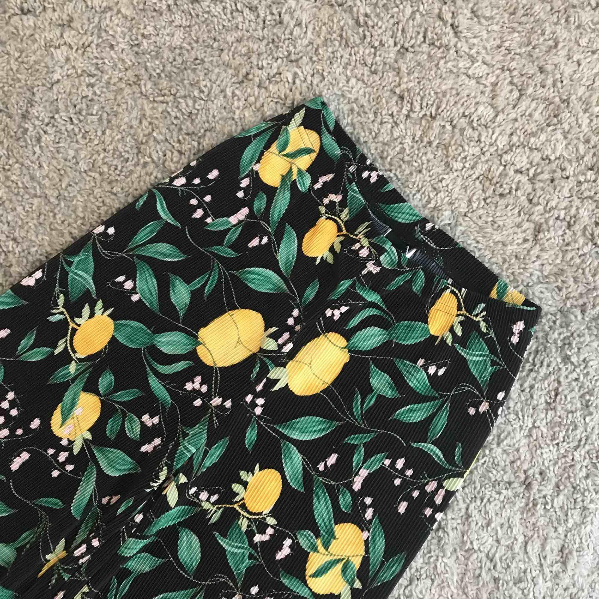 Fantastiska lösa byxor i citronprint! Perfekta som svala vår- och sommarbyxor. Oanvända med lapp kvar! Sålde slut snabbt 🍋🍊🍋🍊🍋. Jeans & Byxor.