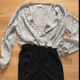 """Klänning i tvådelad modell. Både kjoldelen och överdelen är omlott. Snygg passform och lätt att både """"klä upp"""" och """"klä ner"""". Hittar ingen storlek men uppskattad till M"""