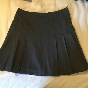 Mörkgrå kjol från bondelid. Står 34 men passar mer s-m. Frakt tillkommer💘