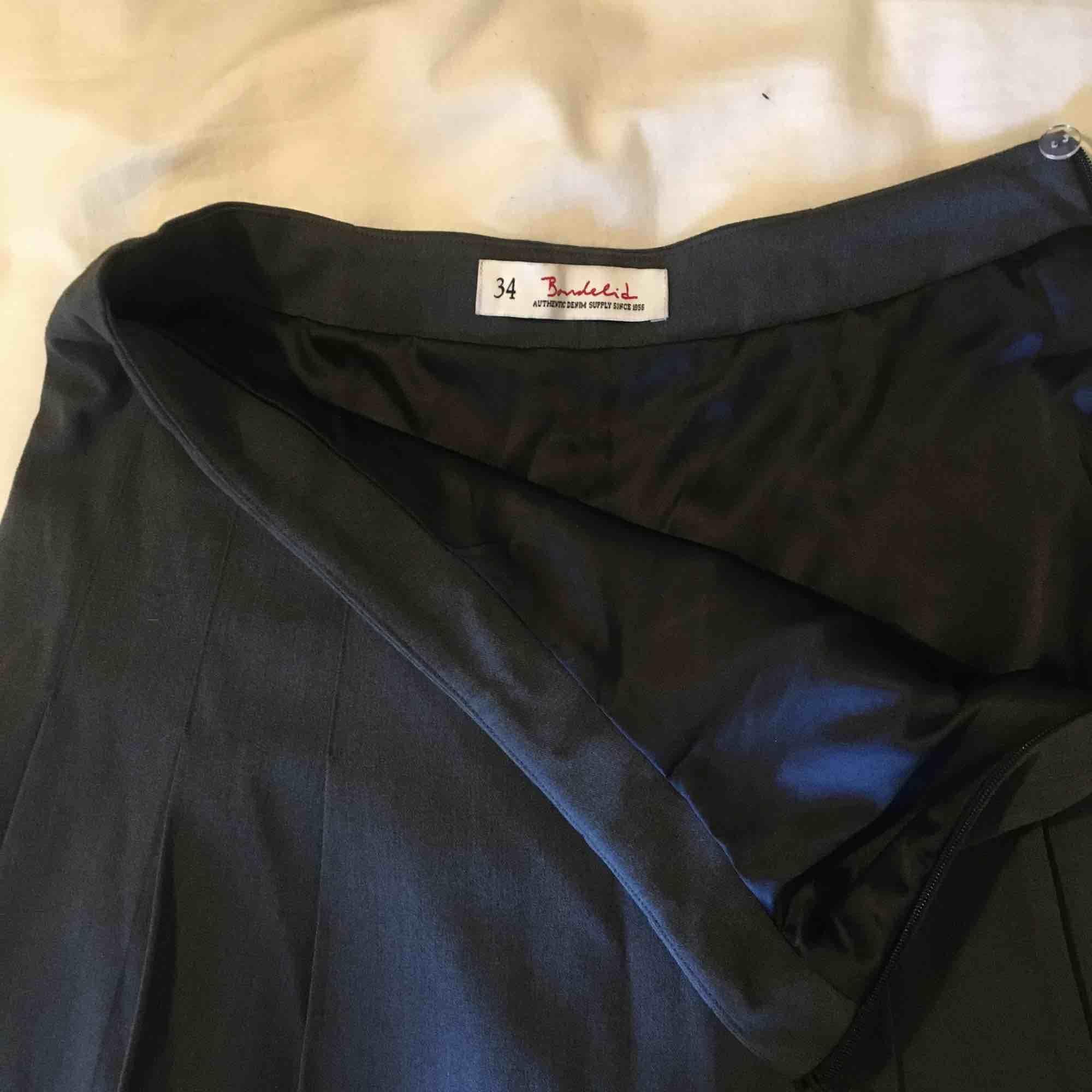 Mörkgrå kjol från bondelid. Står 34 men passar mer s-m. Frakt tillkommer💘. Kjolar.