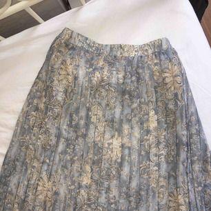 Vacker vintage kjol köpt i Paris. Hödmidjad går nedanför knäna. Köparen står för frakt☁️📖