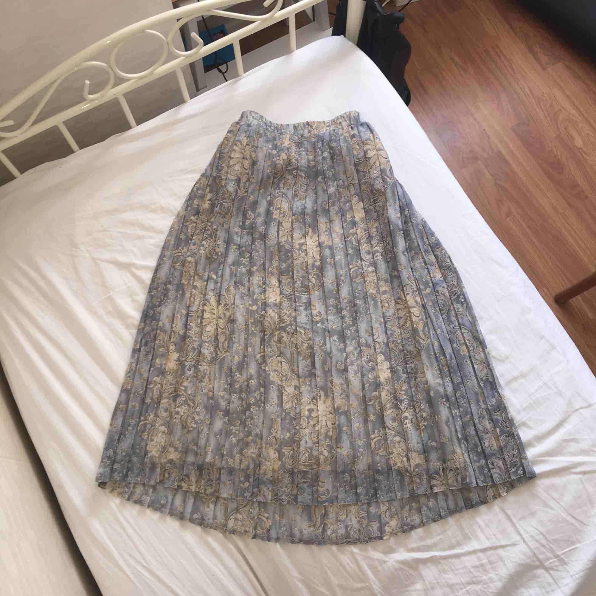 Vacker vintage kjol köpt i Paris. Hödmidjad går nedanför knäna. Köparen står för frakt☁️📖. Kjolar.