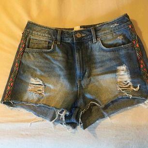 Jeansshorts med snygga detaljer på sidorna! Frakt tillkommer 💘
