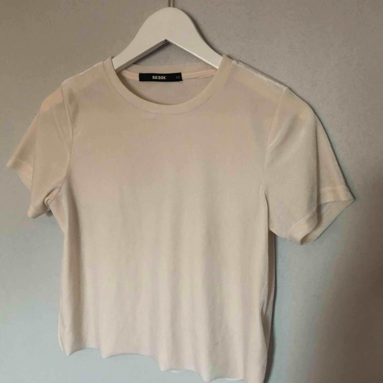 Ljusrosa t-shirt i velvet tyg 💓. Toppar.
