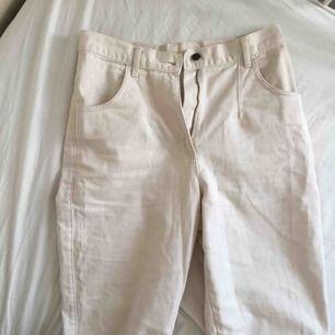 Högmidjade krämvita Jeans köpta vintage. Storlek M går till anklarna på mig som är 175cm. Jag är S i midjan så använder skärp. ☁️☘️