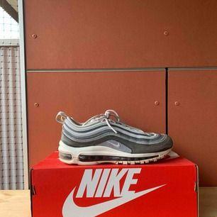 Super fina grå Nike Air Max 97 Premium i storlek 39, använda sparsamt runt 10 ggr💞💞 frakt 100kr |pris kan diskuteras vid snabb affär| Puss💜💜💜
