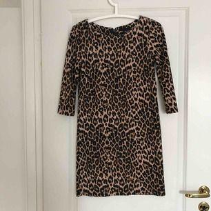 Klänning i leopardmönster. Storlek XS ✨
