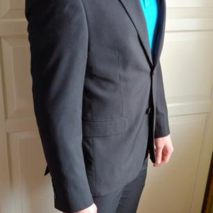 Jacka s 48 slim fit. Byxa s 31-32. Kostym-set från Dressmann. Använd vid ett bröllop.  Säljer eftersom att personen har gått upp i vikt.  Kemtvätt
