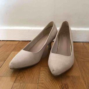 Beiga lågklackade skor, använts två gånger.