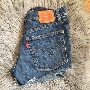 Säljer mina Levis shorts för ett bra pris. Säljer pga då dem är lite för små för mig(frakt tillkommer)
