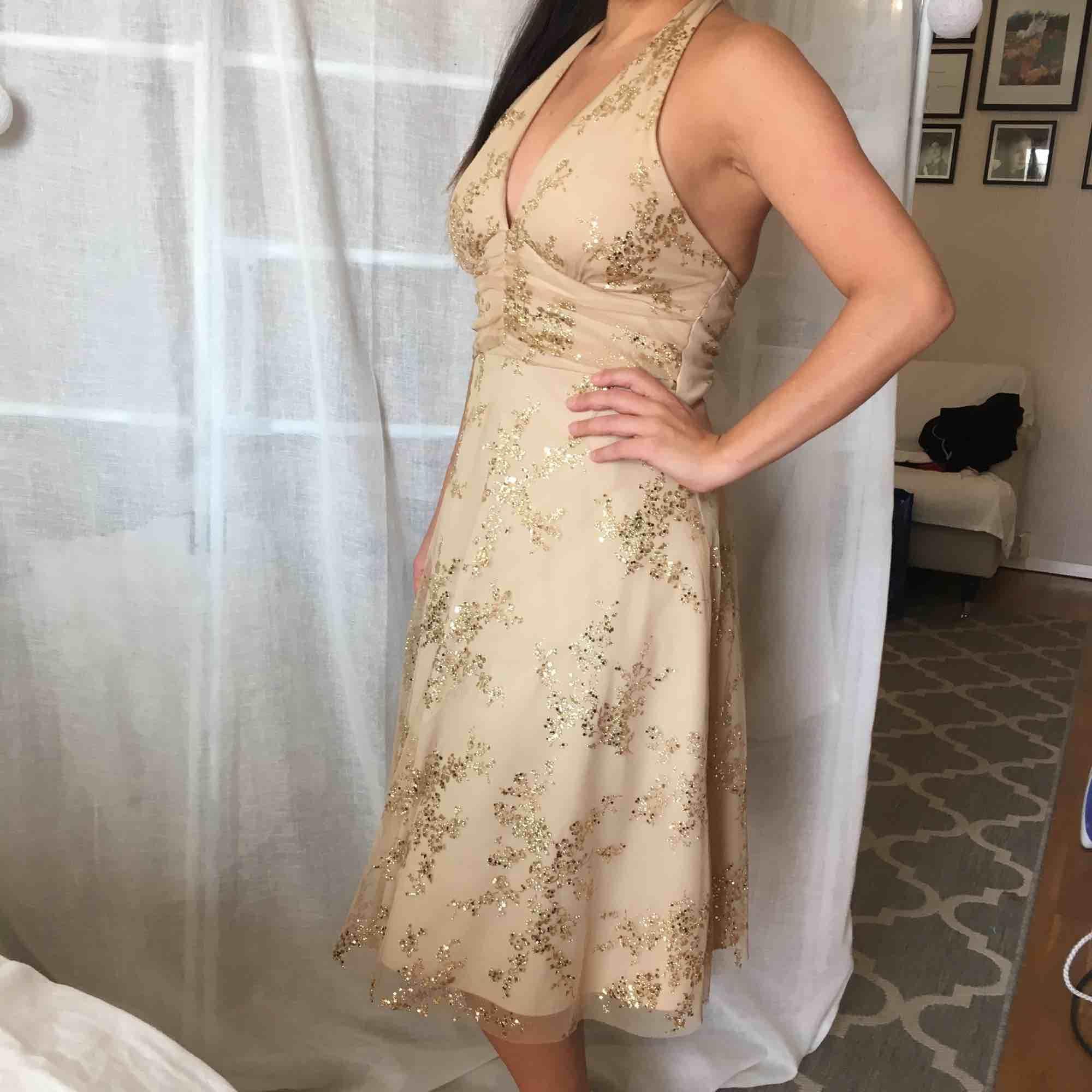 Snygg festklänning. Guld, . Klänningar.