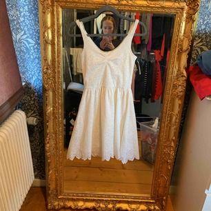 Fin klänning till både vardags användning och finare tillfällen. Använd ett fåtal gånger. Säljes pga den kommer inte till användning. Köparen står för frakten och betalas via swish.