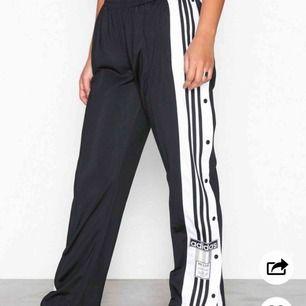 HELT NYA adibreak pants från adidas! Svincoola, dock har jag tyvärr aldrig fått användning för dom. Nypris: 699 kr, mitt pris: 499 kr. Frakten ingår!