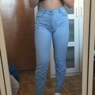 Ljusblåa jeans från dr.denim inköpta för 500kr. Knappt använda. Frakt ingår!
