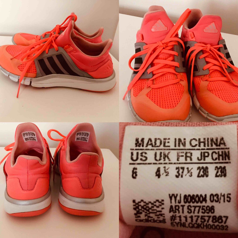 Super lätta Adidas Ultra Boost i bra skick. Kan säga att det passar till fötter som har  stl. 36 och en liten 37:a Kan skicka fler bilder om det önskas:). Skor.