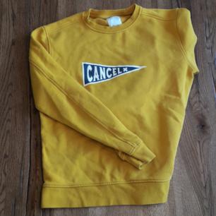 Gul-ish sweater från  Carlings. Märket är Winwin. Tröjan finns inte ute längre i butik på Carlings eller winwins hemsida.