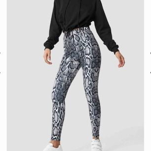 Nypris: 399. Jag brukar ha s i byxor men dessa funkar både som s och xs. Sköna och användbara snakeprint-tights från nakd. Thigtsen är aldrig är använda. Frakt står köparen för!