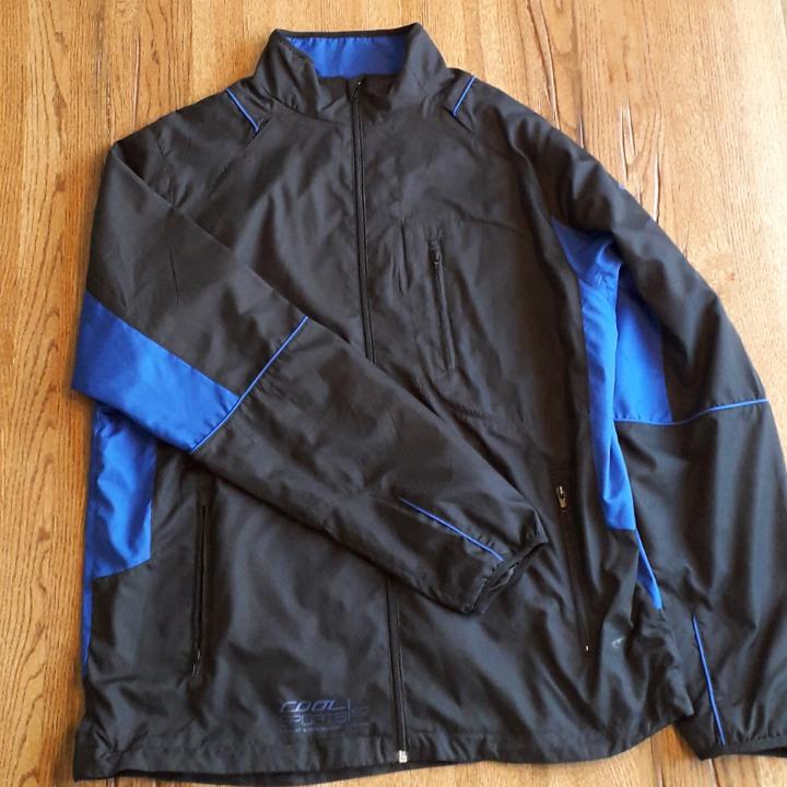 Vintage Black och blå sport jacka. Tunn sport jacka. Behöver inte användas som sport jacka. Oversize. Är själv 183, den passar mig utan en oversize fit.. Huvtröjor & Träningströjor.