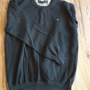 Tommy Hilfiger sweater. En basic svart Tommy Hilfiger tröja. Sitter bra på L och M. S ger en lite oversize, lite.