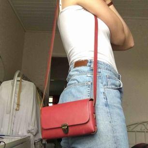 Handgjord mindre handväska i fantastisk rosa. Köparen står för frakt🌷🌷