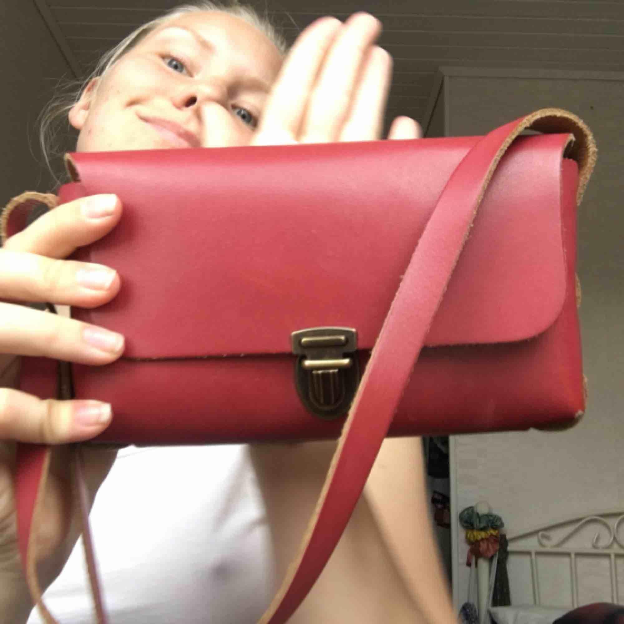 Handgjord mindre handväska i fantastisk rosa. Köparen står för frakt🌷🌷. Väskor.